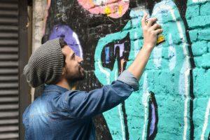 Odstraňování čmáranců na stěně Brno